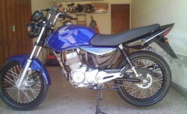 Robaron la motocicleta de un joven de la vereda de una vivienda