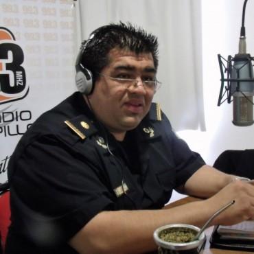 El Subcomisario Maximiliano Ibarra Guevara, visitó los estudios de 'Radio Urdampilleta'