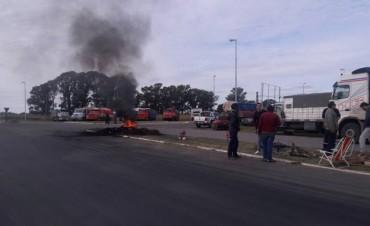 Urgente Daireaux: Grupo de transportistas nucleados en ATCADE bloquearon totalmente la ruta