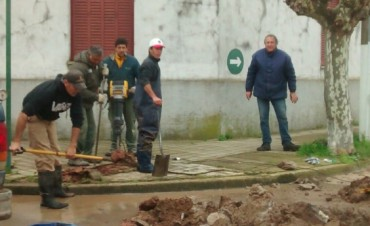 En la interseccion de Carlos Pellegrini y Lavalle se encuentra personal de la Cooperativa Electrica trabajando debido a la rotura de un caño de agua