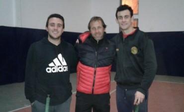 Tomas y Nicolás, jóvenes jugadores de Primera División de Hockey, estuvieron presentes en la Clínica de Mora