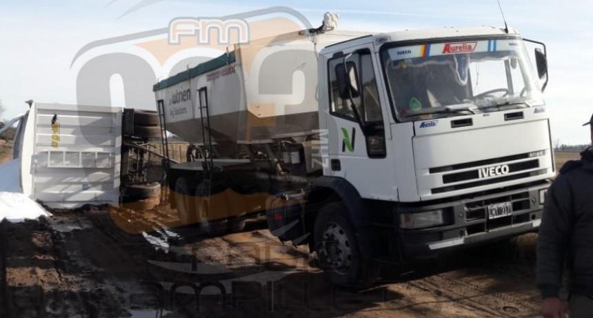 Un camión que trasladaba fertilizante volcó en el camino del basural