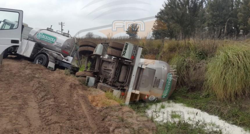 Un camión lechero volcó el pasado sábado en el camino Urdampilleta-Pirovano