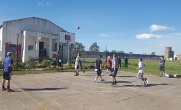 El equipo de primera de básquet del Club Ferro jugó en la cancha de la Unidad Nº2