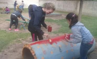 Las jovenes que asisten al 'Centro de Actividades Juveniles', pintaron los juegos del patio del Jardin de Infantes