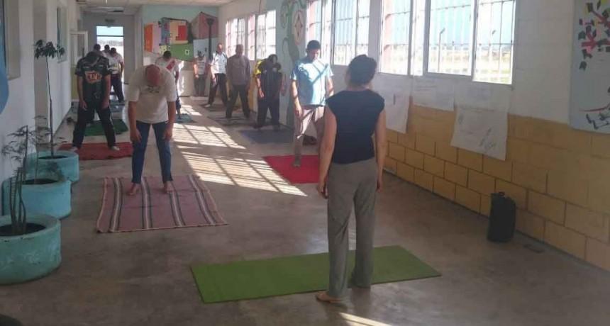 Yoga, la actividad de los lunes para los detenidos en la Unidad 27