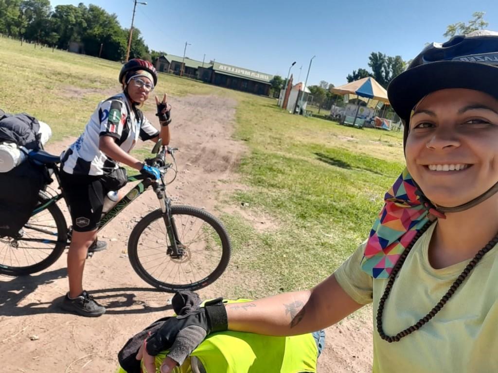 Travesía en bicicleta: Dalma y Bárbara contaron su historia en Radio Urdampilleta