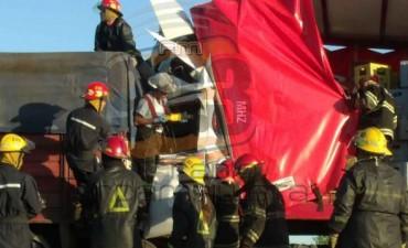 Choque de camiones: Los Bomberos debieron utilizar expansores para extricar al conductor atrapado