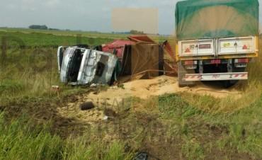Ruta Provincial 65: Impacto, despiste y vuelco entre dos camiones