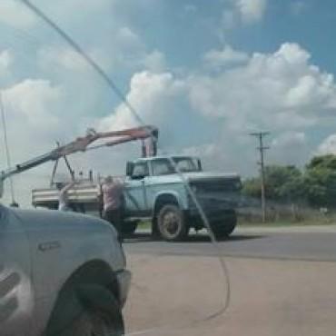 Daireaux: Un camión cortó cables de energía en la Ruta 65 y fue interrumpido el tránsito
