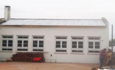 Marcos Pisano visitó la Escuela Primaria N°22 donde concluyó la obra en la reparación del techo afectada por el último temporal