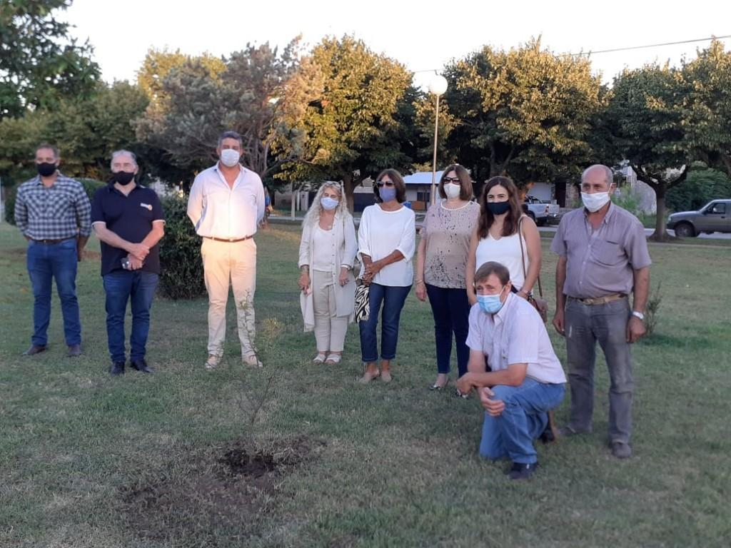 Rotary Club plantó un árbol por la visita del gobernador de la organización, Horacio Rosental
