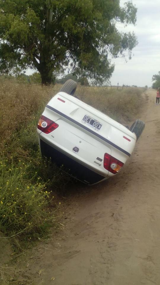 Daireaux: un automóvil volcó en un camino rural