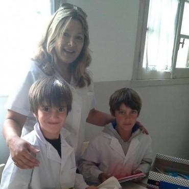 'Uniendo Sonrisas' entregó cajas con útiles escolares en la Escuela Primaria N°22