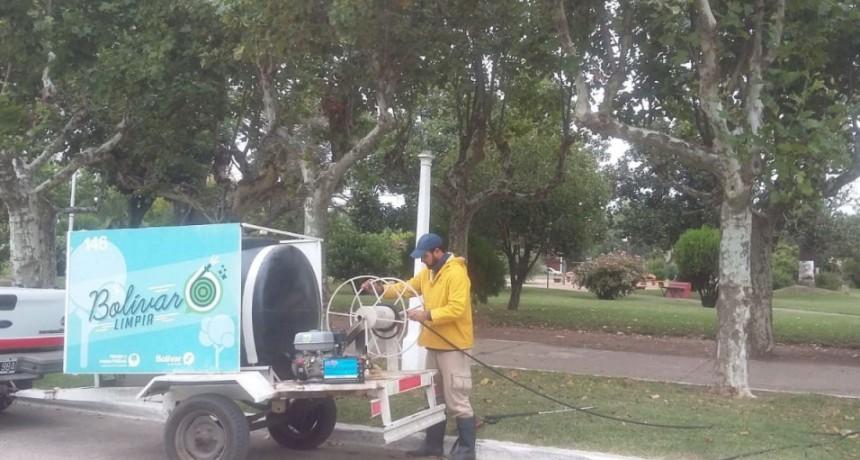 Se están hidro lavando las veredas de Plaza San Martín