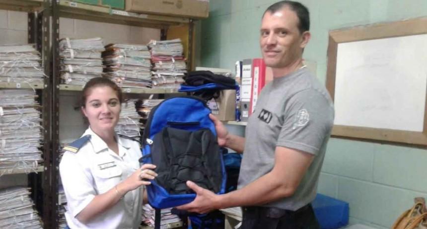 Entrega de guardapolvos y mochilas para el personal de la Unidad N.º 17