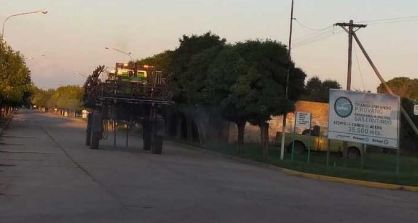 Desinfección de calles y veredas de planta urbana de Pirovano