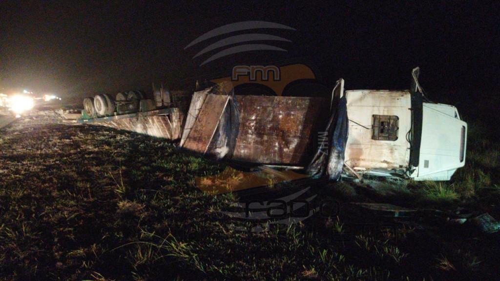 Un camión cargado de cemento volcó en Ruta 226; No hubo heridos