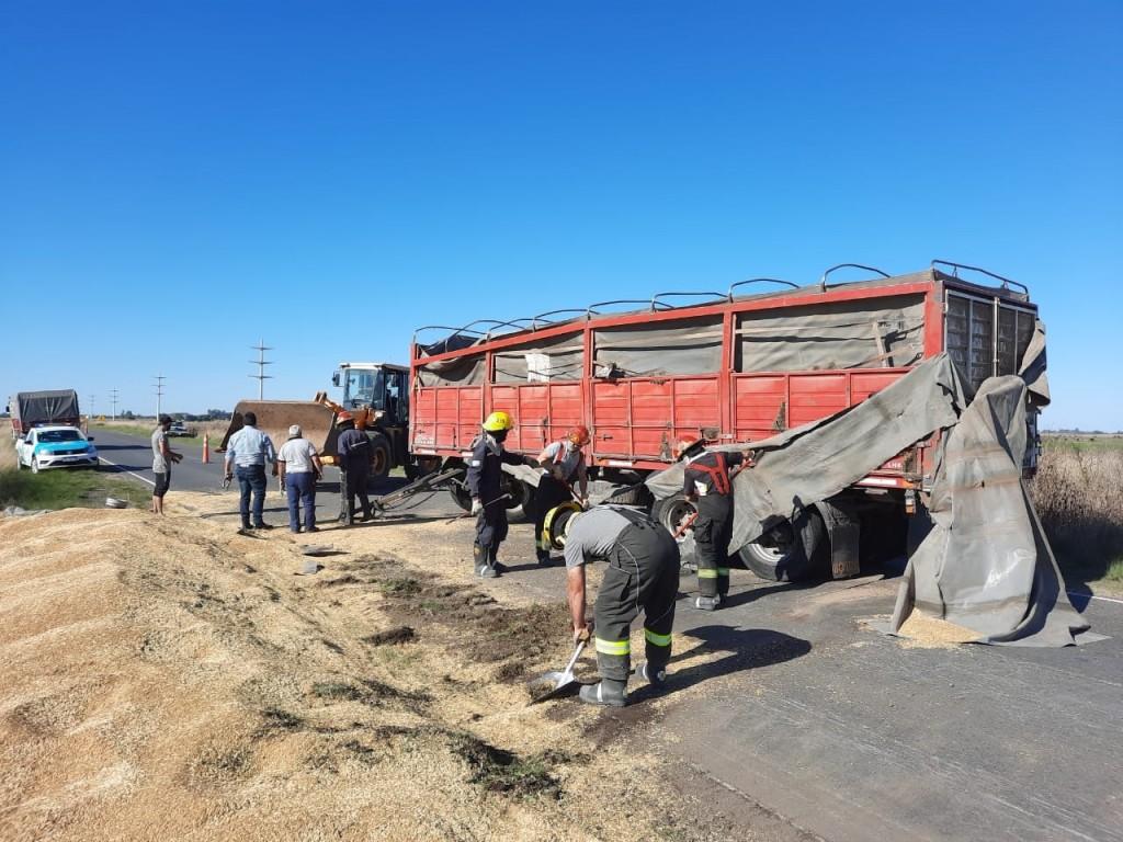 Un camión volcó su acoplado en ruta 65, en el tramo comprendido en el kilómetro 283