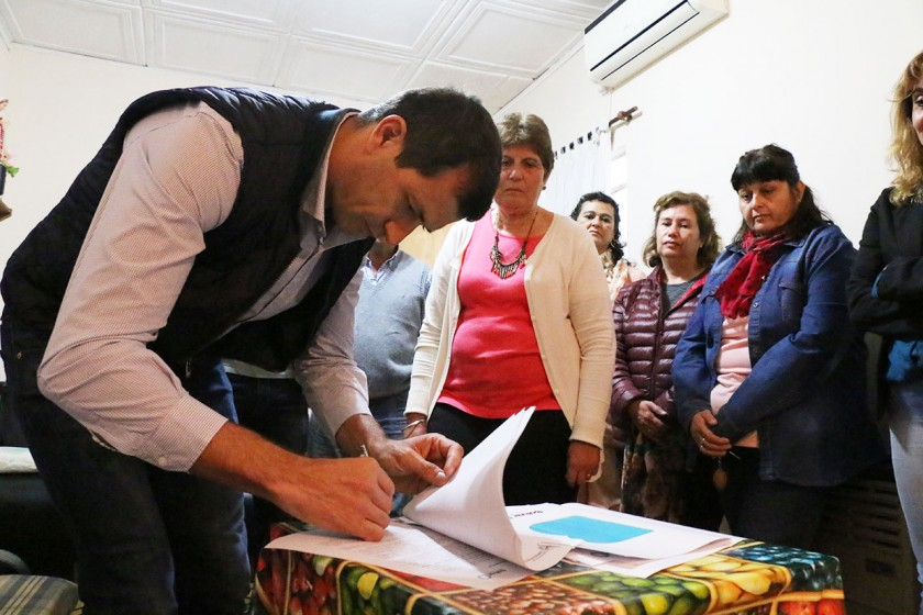 Obras para 'Casa Hogar':  El Intendente Bucca firmó un convenio en Pirovano