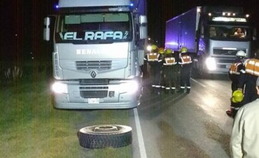 Ruta 65: Se desprendieron las duales de un camión
