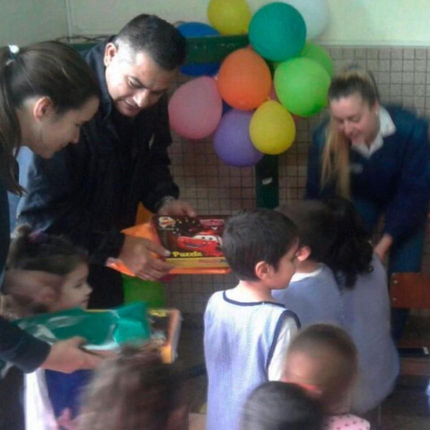 La Unidad Nº17 dono útiles y juegos didácticos al Jardín Nº 902 de Urdampilleta