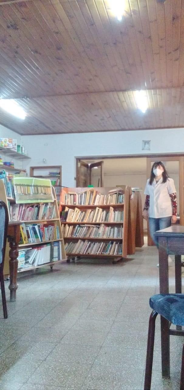 """Claudia Bustamante: """"Hoy en día permanecemos 2 o 3 horas en la biblioteca, si bien está cerrado el ingreso al público. Luego desinfectamos y nos retiramos de acuerdo a lo que nos indica el protocolo de salud"""""""