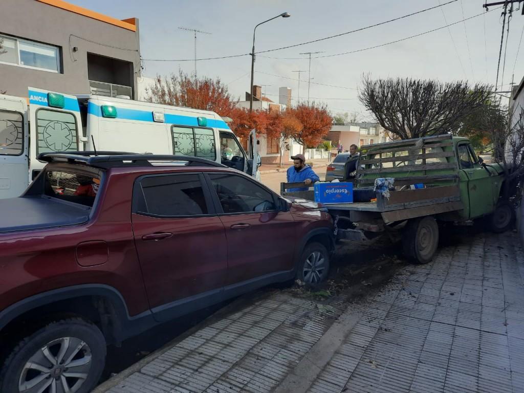 Un Conductor se descompensó e impactó con una camioneta de reparto, que a su vez terminó impactando al otro vehículo