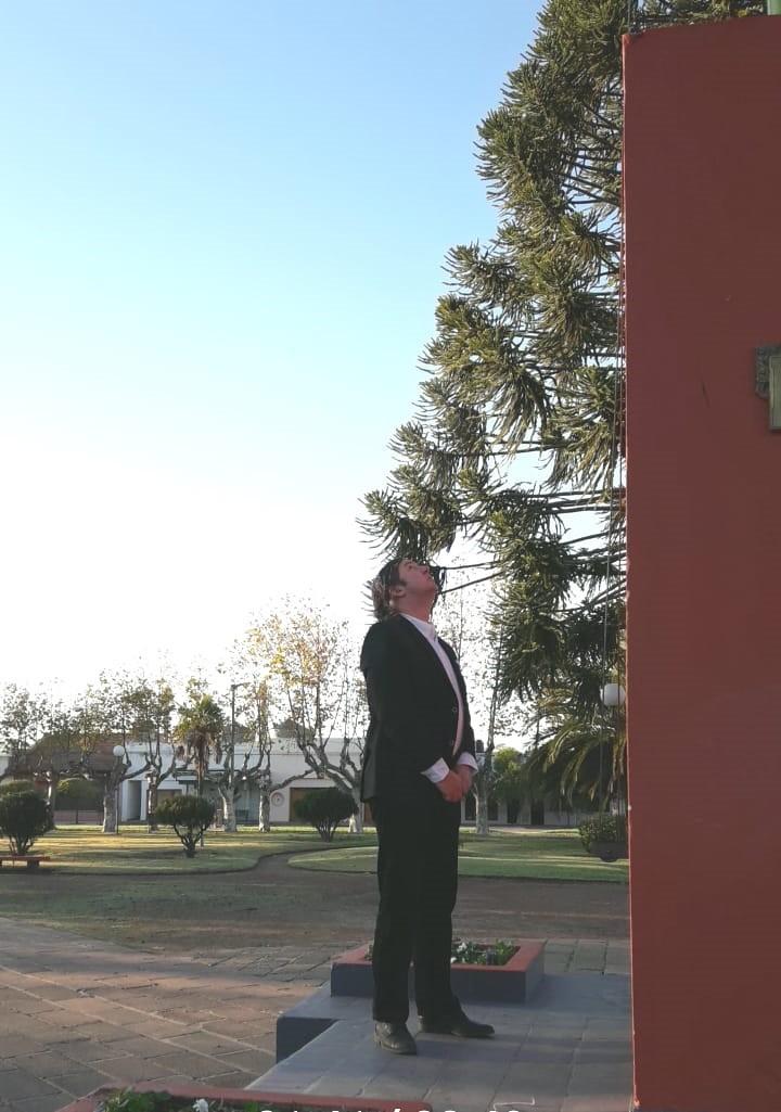Se realizo el izamiento simultaneo de la bandera en instituciones de la localidad