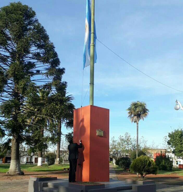 Puleo y Doorish encabezaron el izamiento de la Bandera Nacional en Urdampilleta