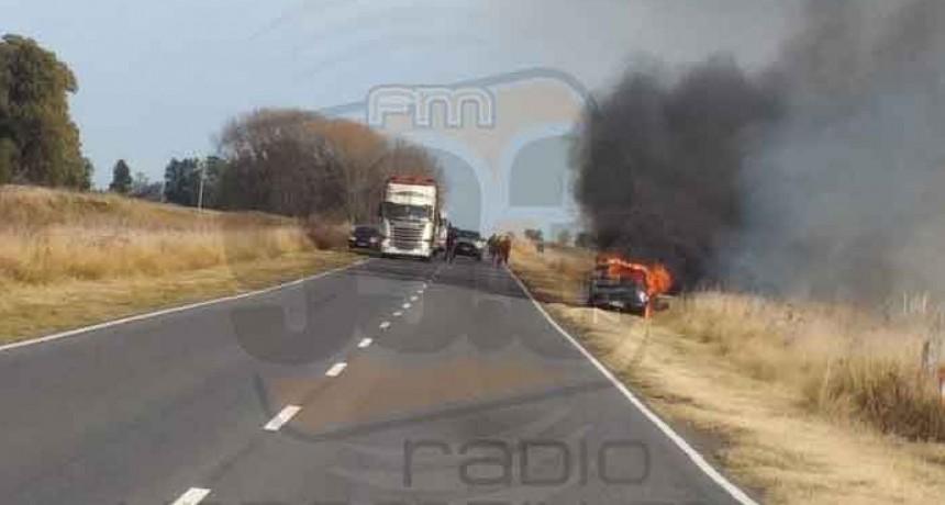 Voraz incendio con pérdidas totales en un vehículo sobre Ruta 65 km 299