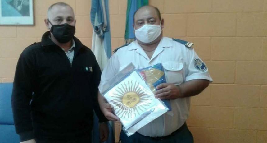Donación de banderas al nuevo Director de la Unidad Nº 17