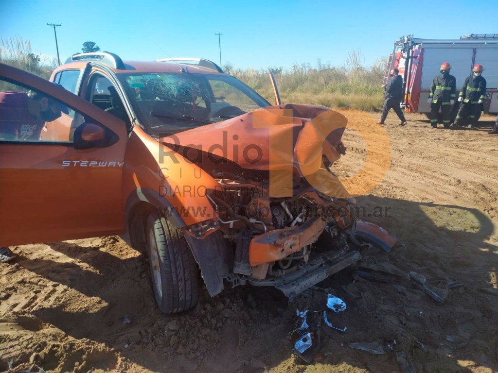 """Fuerte impacto en el camino de tierra que une Urdampilleta con Pirovano, dos personas fueron trasladadas de manera preventiva al hospital """"Juan G. de Míguens"""""""
