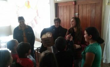 Acto Solidario: se hizo entrega de gorritos y bufandas a los alumnos del CEC N° 803