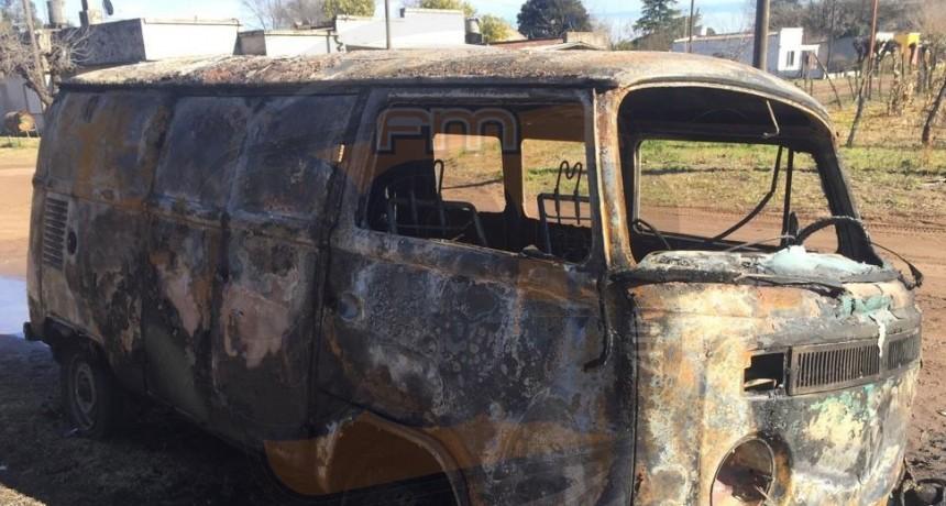 Bomberos de Pirovano: Incendio de un vehículo con pérdidas totales