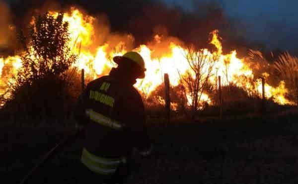 Dudignac; Mas de 5 hs. de trabajo le demandó a Bomberos de esa localidad controlar un voraz incendio rural que llegó a tener 3 metros de altura