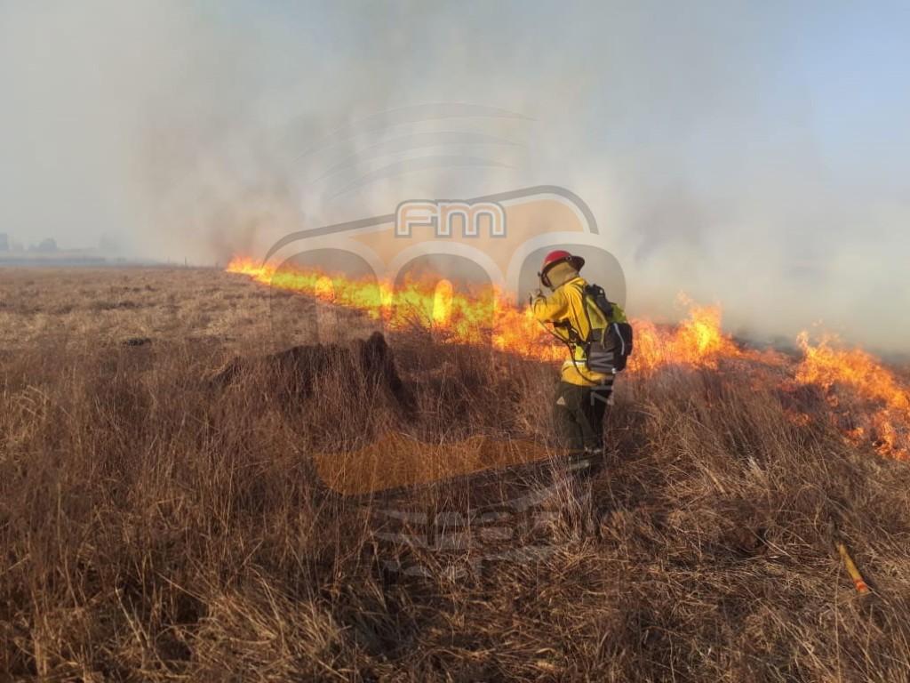 Bomberos trabajó en un incendio de pastos en La Celina