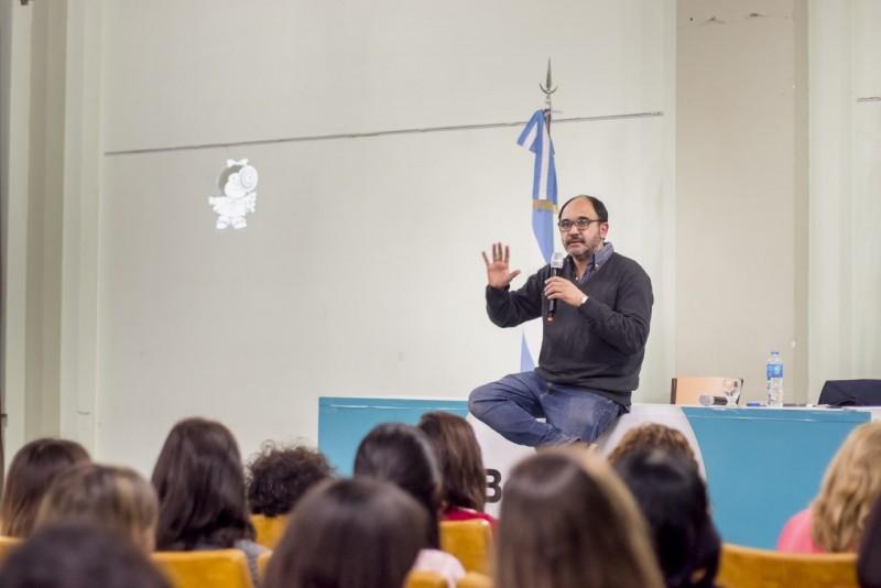 Para Docentes: Pablo Pineau disertó ante un gran marco de público en Bolívar