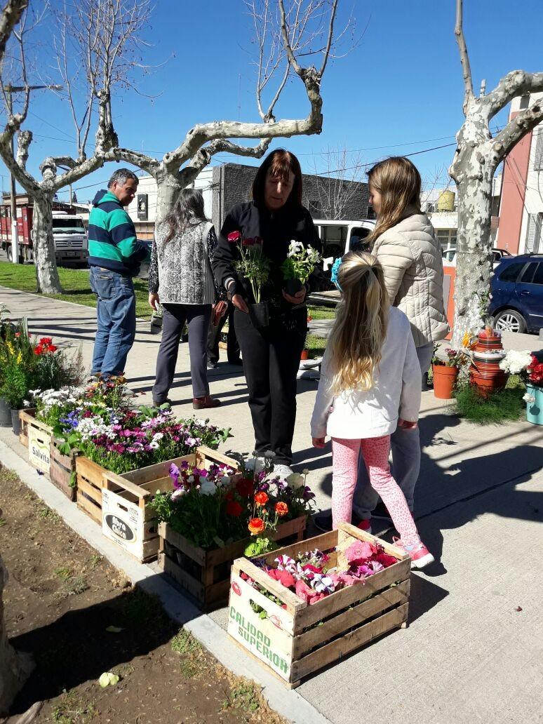 Vivero 'Leoneles' visitó la localidad con plantines de Primavera- Verano