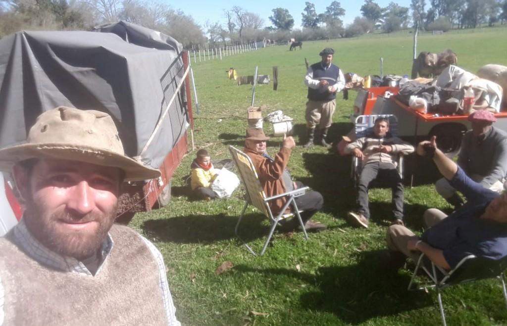 Los Gauchos Peregrinos de Urdampilleta llegaron a Del Valle en su 3º día de viaje