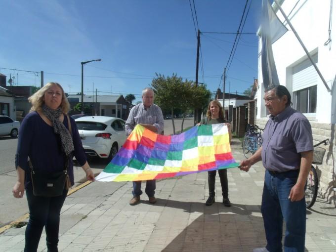 Presentación de libro 'Wiphala' en la Escuela Secundaria Nº3 e izamiento de la bandera originaria de los pueblos originarios