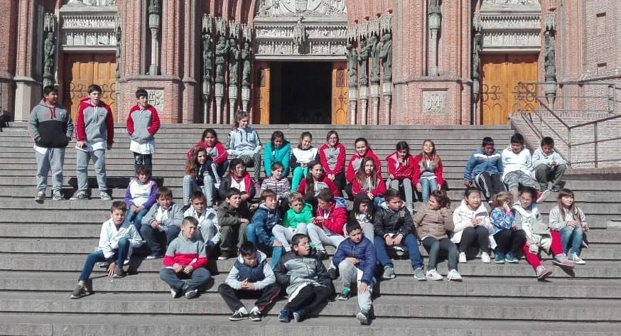 Alumnos de 4º y 6º año de la EP Nº 54 de visita en La Plata
