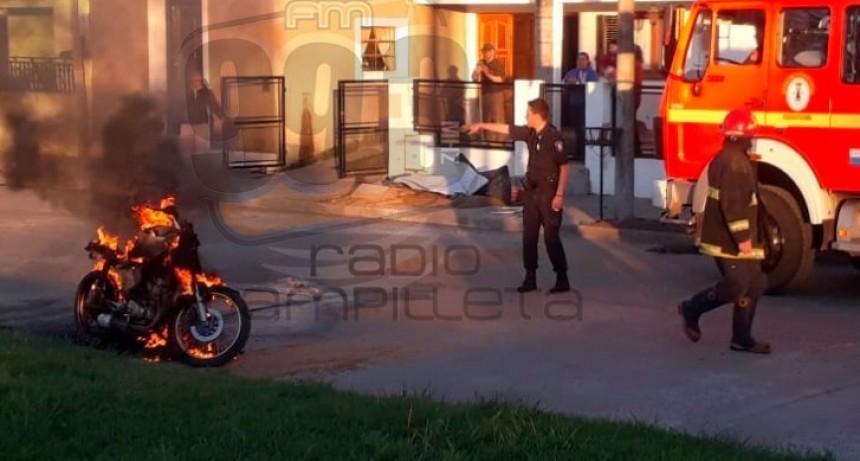 La Policía convocó a Bomberos Voluntarios ante el incendio de una moto