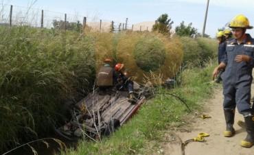 Un vehículo cayó accidentalmente a un canal de desagüe