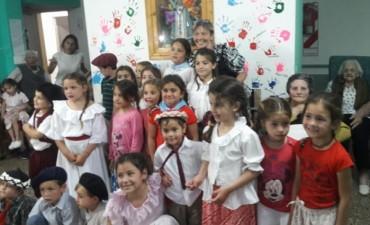 Gran concurrencia de niños y adultos en la 'Recorrida del Día de la Tradición' organizada por Maria Dolores Martín