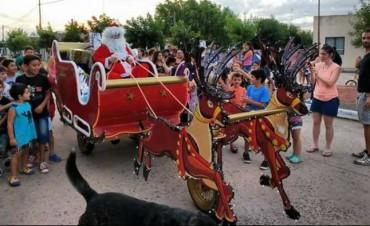 Papá Noel visitó la localidad con su trineo y causó furor en los más chicos