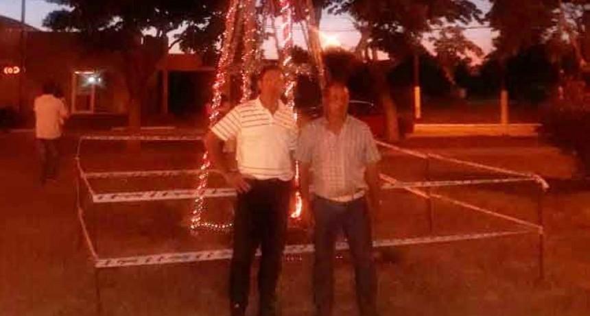 La Plaza Roca ya se encuentra iluminada por el arbolito de navidad